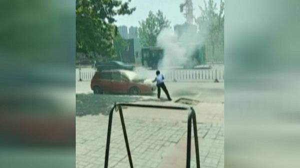 40秒丨路遇汽车自燃 菏泽公交司机抄起灭火器冲上前