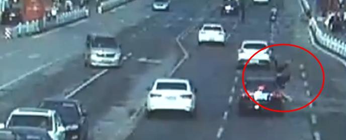 闯红灯横穿马路被撞飞  邹城女子受伤还负主要责任
