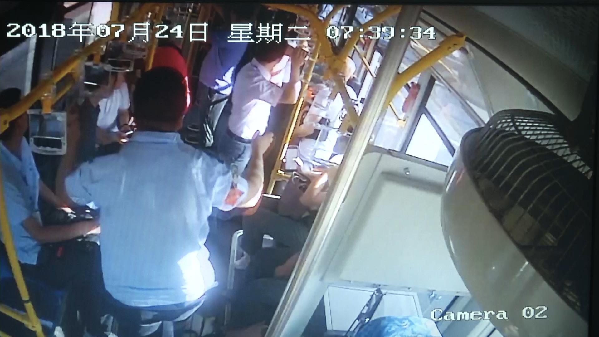 63秒|淄博一男子公交车上突然晕厥驾驶员三分钟赶送就医