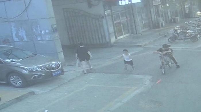 70秒丨济宁三岁娃跑丢 热心居民守护直至民警到来