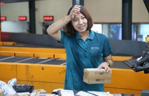 """济南邮区中心局员工不惧高温""""烤验"""" 确保邮件传递畅通"""