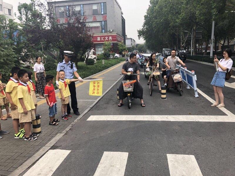 """淄博""""小交警""""上路执勤  传递文明正能量"""