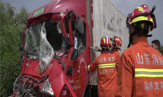 淄博:货车追尾司机被困 消防官兵紧急救援