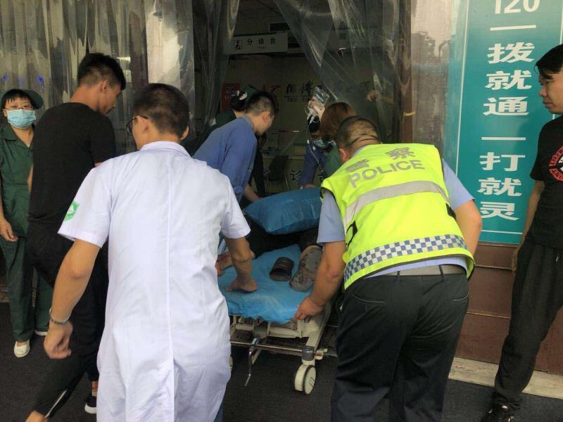 博山一男子因失血过多昏迷 交警紧急送医保住生命