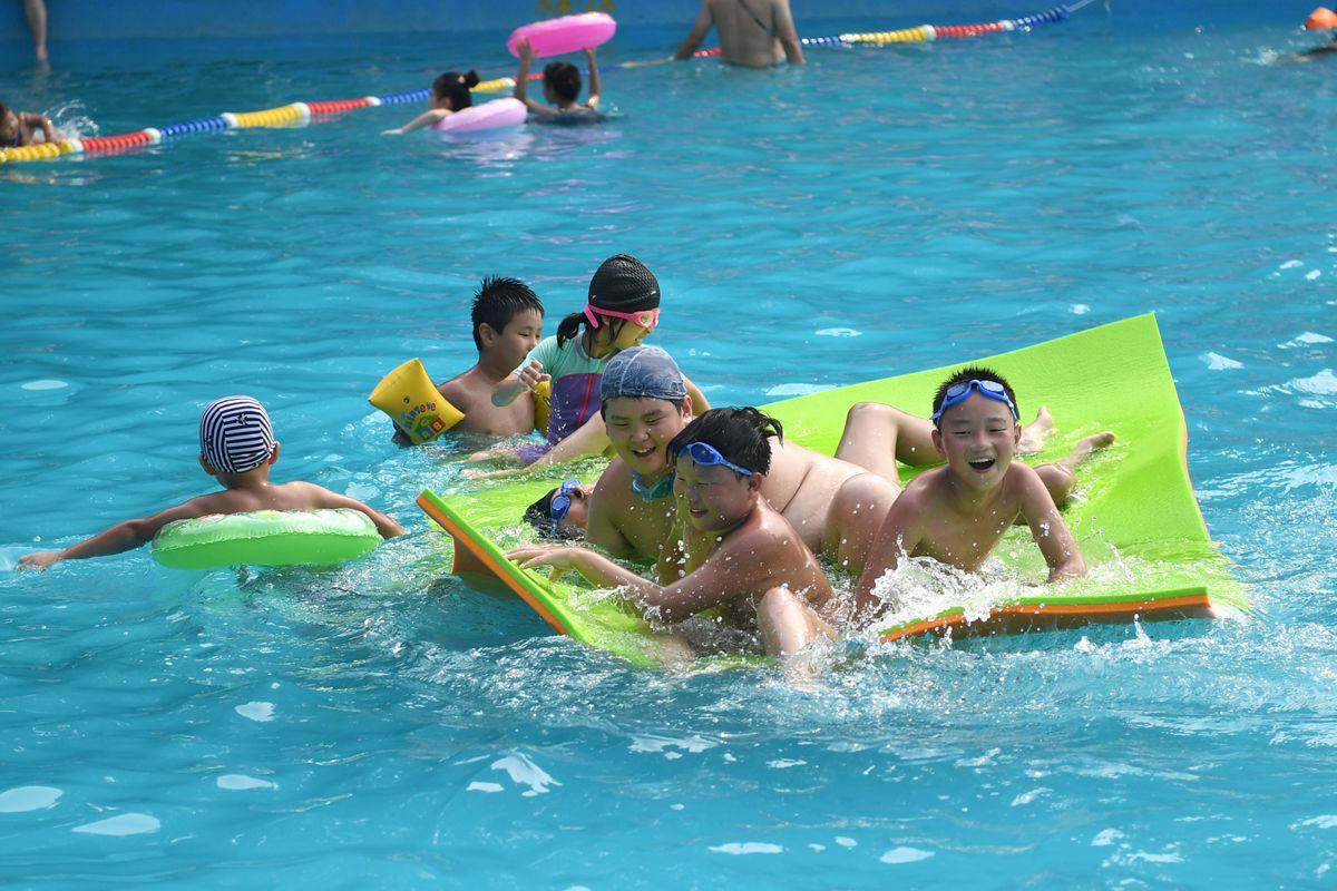 组图:高温持续游泳馆爆满 儿童水中快乐消暑