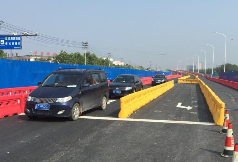 淄博高新区世纪路跨线桥东半幅今天正式通车