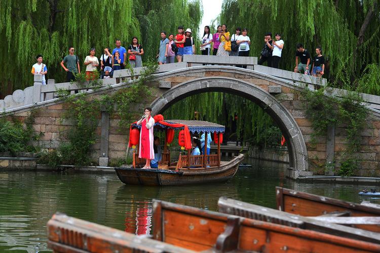 航拍台儿庄古城:青砖黛瓦、小桥流水与游船相映成趣