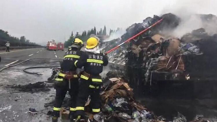 26秒丨京台高速泰安服务区附近一货车自燃 满车货物被烧光