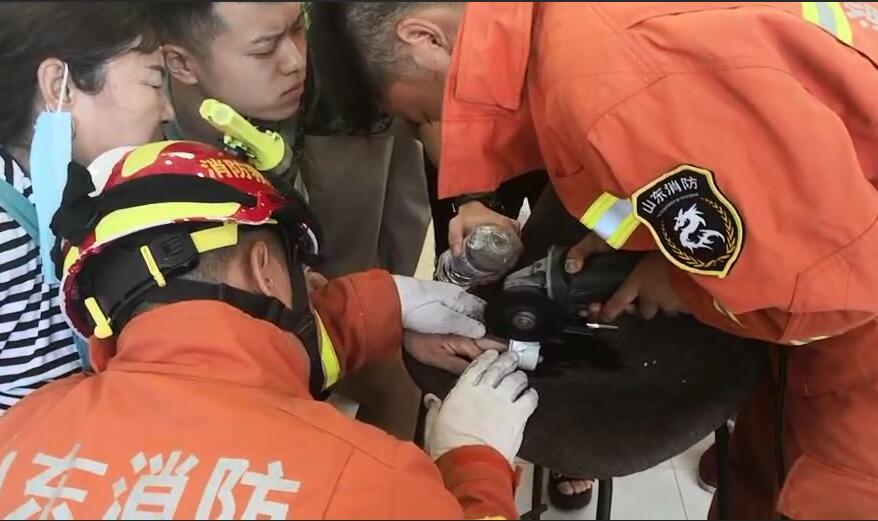 保洁员手卡下水道拔不出来 淄博消防现场救援