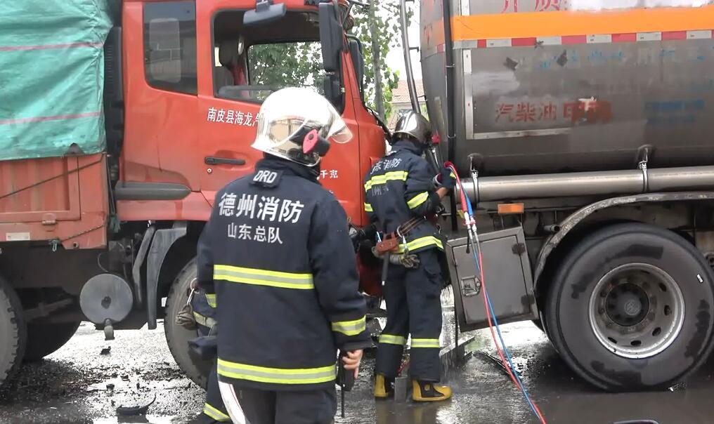 30吨汽油罐车被追尾 德州消防紧急处置化险为夷