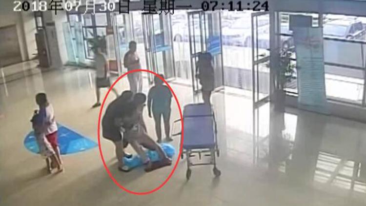 66秒丨肥城一孕妇医院大厅羊水破裂医生紧急抢救现场分娩