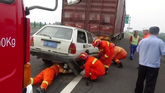 跟车太近德商高速两车追尾 聊城消防紧急救出被困驾驶员