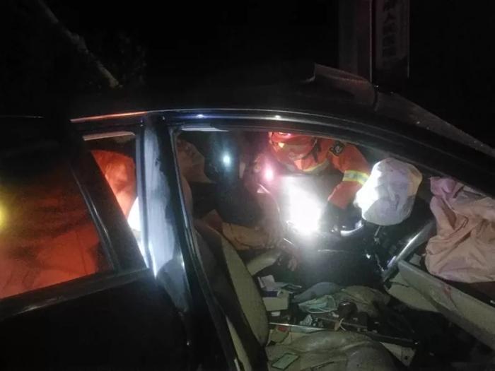私家车深夜撞入花坛驾驶员被困 聊城消防紧急救援
