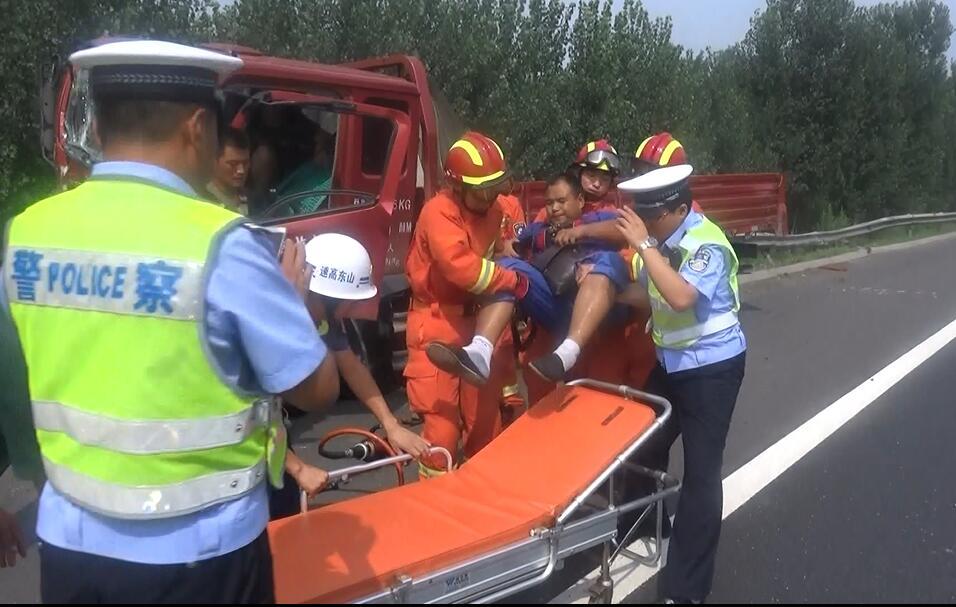 厢货追尾后撞向护栏一人被困 德州消防紧急救援