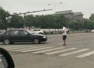 现场视频:昌乐一男子上班早高峰驾车撞伤其妻弟逃跑