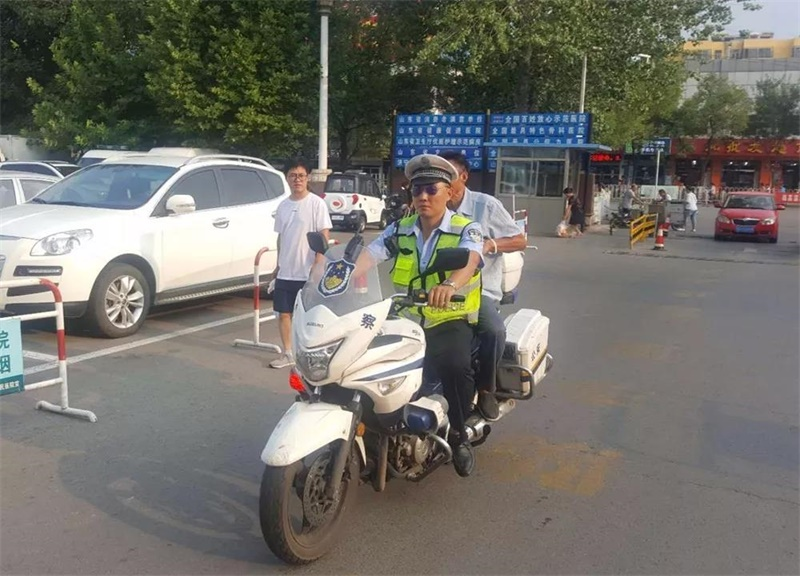 """暖心!济宁交警骑摩托帮助老人寻回两万元""""救命钱"""""""
