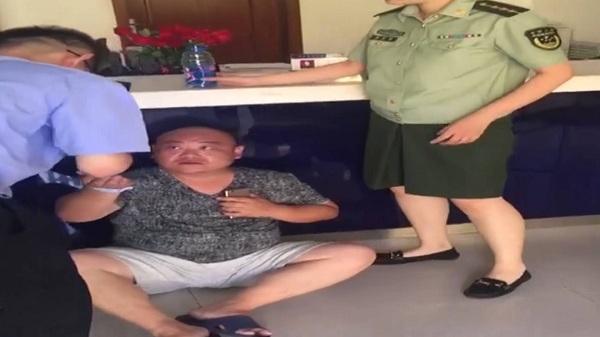 38秒丨威海:市民突发心梗  民警及时救助