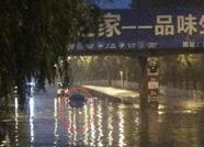 泰安温泉路桥洞下一越野车被淹 1人被困车顶消防解困