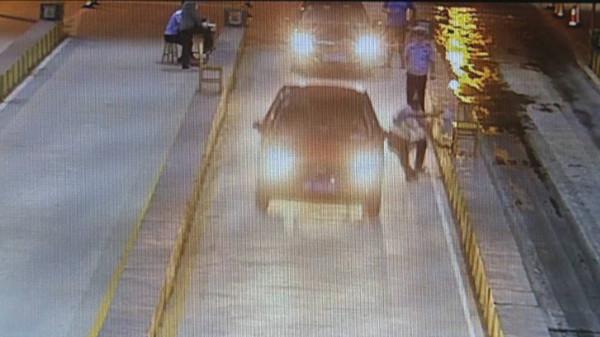 38秒|惊险!强行闯卡撞伤交警疯狂驾驶员被刑拘