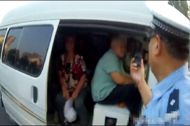 淄博:司机慢吞吞过检查 一查竟是超员车
