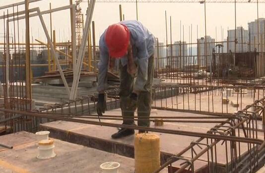 54秒丨致敬!烈日下坚守,走近高温下的建筑工人