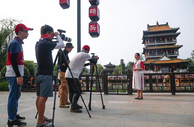 """央视《走遍中国》栏目聚焦台儿庄""""美丽经济"""""""