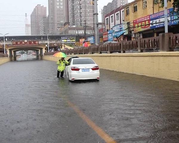 46秒丨立交桥下积水致私家车抛锚 滕州交警冒雨趟水救援