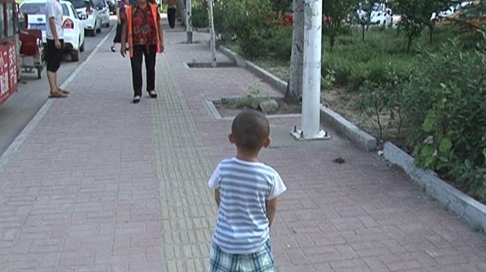 50秒丨有惊无险!打扫卫生时,发现一名走失的孩子