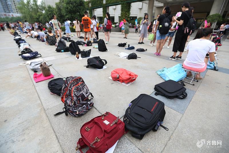 西安暑假图书馆火爆 学生凌晨用书包排队