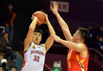 山东男篮年轻国手加练投篮 体重减轻后更强大