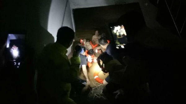 日照五莲受暴雨侵袭4名老人被困水中 消防官兵凌晨趟水救人