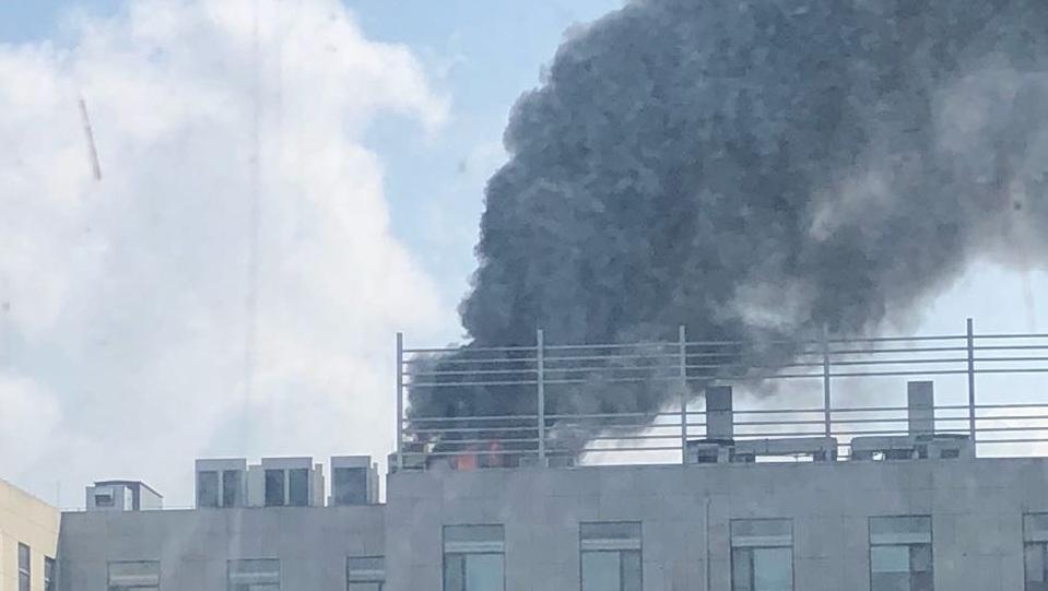济南突发!迪亚创业园空调外机起火 浓烟冒顶