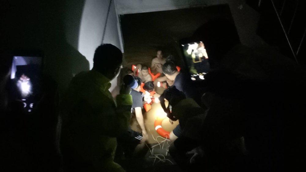 日照暴雨突袭 消防官兵涉水救出4名遇险老人