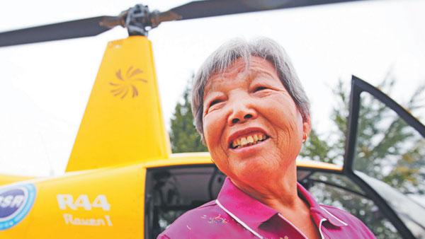 46秒丨八旬老人过生日 儿孙花3万租直升机带其高空俯瞰家乡
