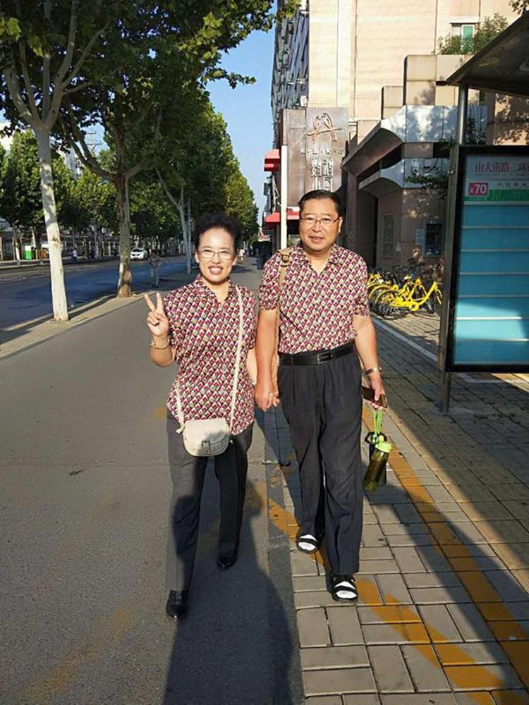 七夕节济南六旬夫妻穿情侣装牵手出行:希望能越来越恩爱