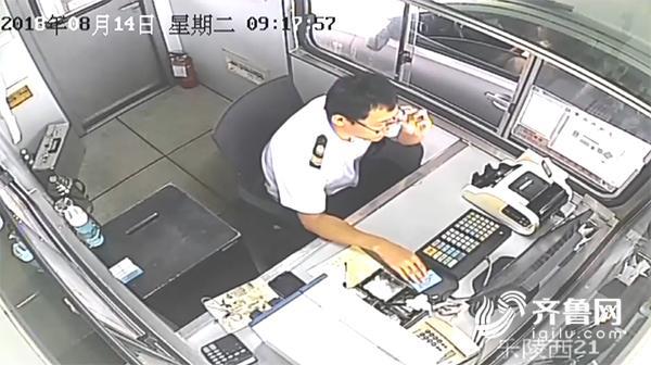 8月14日上午9时许,一辆北京牌照的白色汽车下高速经过乐陵收费站时