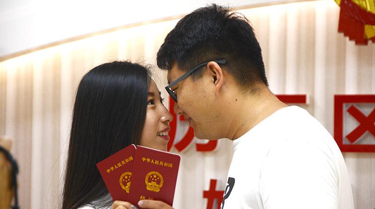 """""""我们领证啦!""""七夕节情侣扎堆去民政局办证"""