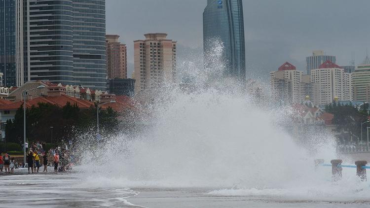 """台风""""温比亚""""影响青岛 海边掀大浪各大海水浴场临时关闭"""