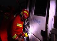 箱货车与农用拖拉机相撞一男子被困 潍坊消防紧急施救