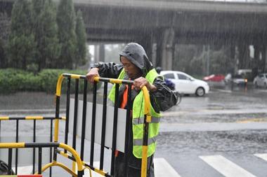 """暖新闻丨风雨里的守望者 走进济南街头坚守的""""老赵们"""""""