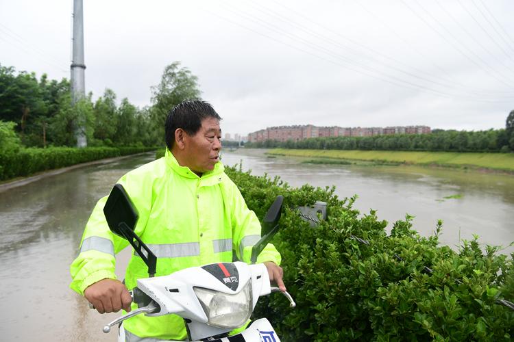 雨中坚守丨济南腊山分洪管理站开闸放水 57岁河道管理员涉水巡查