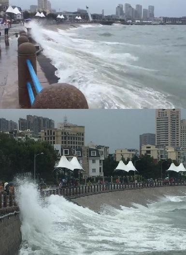 今天上午9时许,记者在青岛市澳门路附近海边看到,这里的大浪激打到