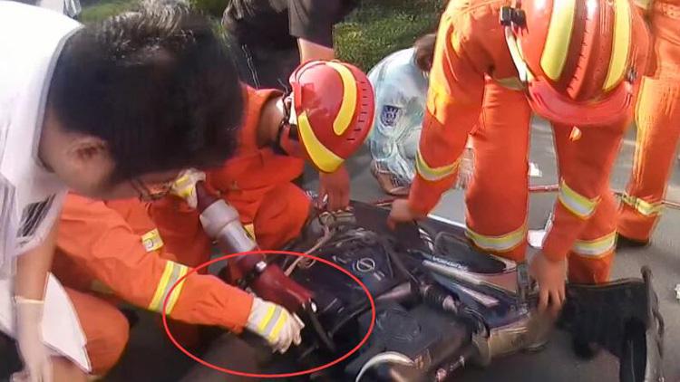38秒|临沂六旬老人骑电动车摔倒扶手插入小腿 消防紧急施救