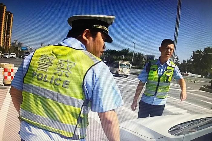 聊城:私家车非法改装成教练车 女司机欲逃窜被民警破窗查获