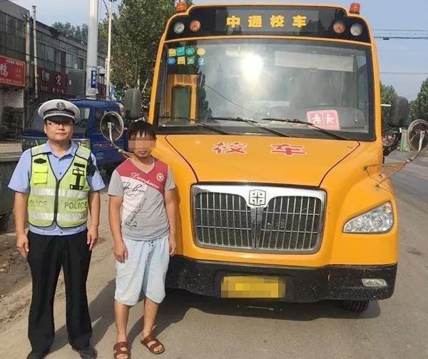 """无证""""越级""""驾驶校车 莘县一男子被交警依法拘留"""