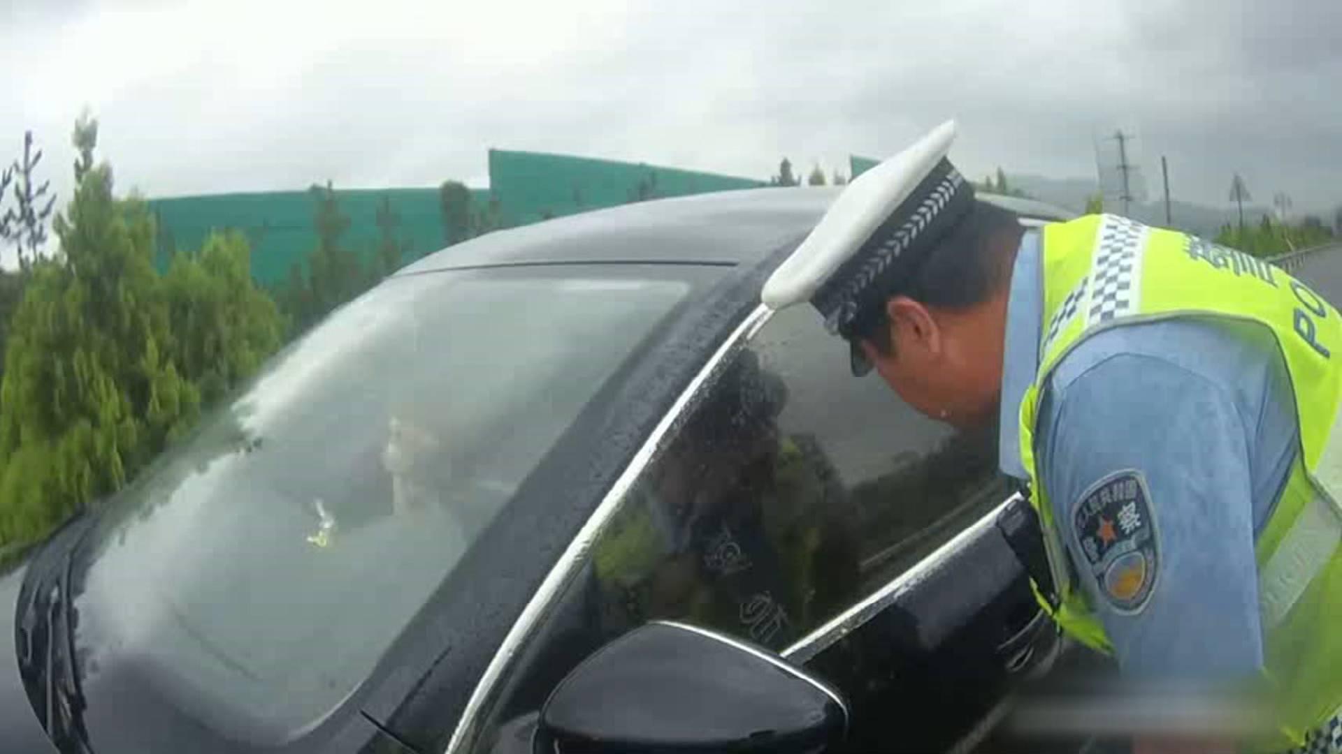 68秒|驾驶员高速行驶突发疾病 民警冒雨破窗救助