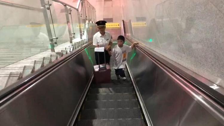 65秒丨7岁男童乘高铁泰安下错站 工作人员及时发现