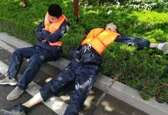 直击寿光救灾丨救灾现场,对这些人来说一张床都成了奢侈