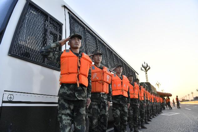 直击寿光救灾丨夕阳下的退伍兵:当兵一天,就要为人民服务一天