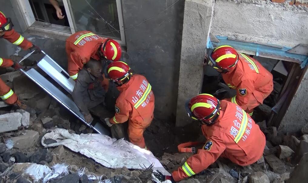蓬莱接连大雨导致民房墙体倒塌 八旬老翁被埋